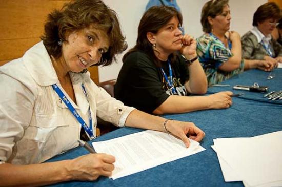 Firma de los estatutos de la FIADOWN. Foto: DOWN ESPAÑA
